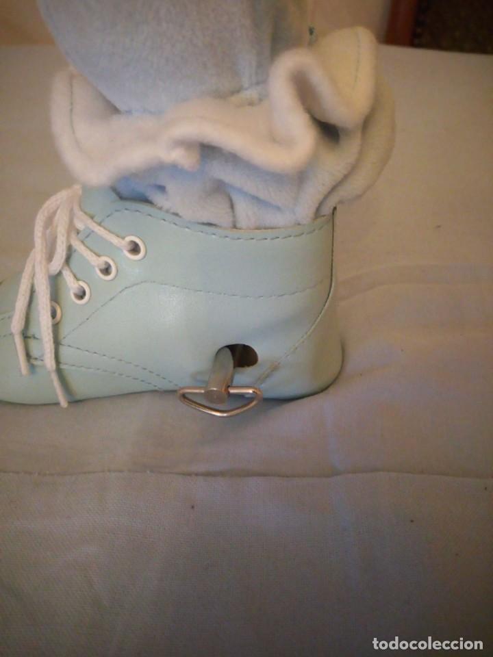 Muñecas Porcelana: Preciosa muñeca bebe de porcelana en bota de cuero azul conmusica,una nana, - Foto 4 - 167184720