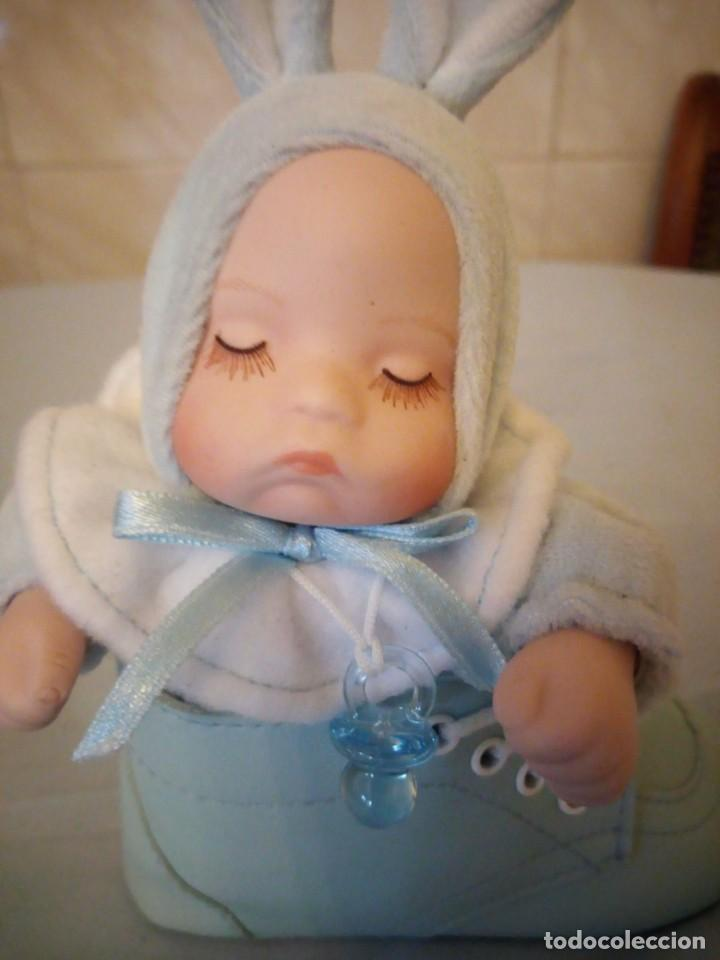 Muñecas Porcelana: Preciosa muñeca bebe de porcelana en bota de cuero azul conmusica,una nana, - Foto 6 - 167184720