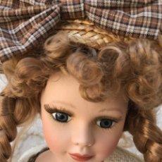 Muñecas Porcelana: MUÑECA DE PORCELANA REGAL ARTS AÑOS 90. HECHA A MANO. Lote 168646844