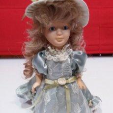 Muñecas Porcelana: MUÑECA PORCELANA CON SOPORTE. Lote 169825020