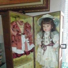 Muñecas Porcelana: ANTIGUA MUÑECA GRANDE DE PORCELANA CON SU CAJA ARMARIO. 41 CMS.. Lote 173847213