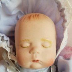 Muñecas Porcelana: MUÑECO BEBE DE PORCELANA DURMIENDO. FIRMADO EN LA NUCA. VESTIDO. Lote 176186653