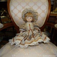 Muñecas Porcelana: MUÑECA DE PORCELANA ARTICULADA VESTIDA VINTAGE.. Lote 176409693