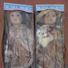 Muñecas Porcelana: OCASION COLECCIONISTAS DOS ANTIGUAS MUÑECAS DE PORCELANA AÑOS 80 90 MARCA REGAL ARTS EN SU CAJA. Lote 178021575