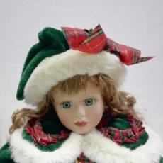 Muñecas Porcelana: MUÑECA PORCELANA ESTILO VICTORIANO AIRE NAVIDEÑO 40CM AÑOS 90 ALMACÉN. Lote 178069739