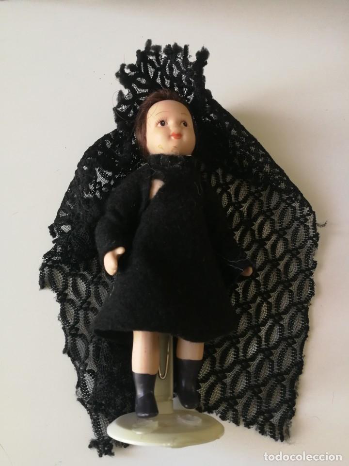 Muñecas Porcelana: muñeca ceramica vestida artesanalmente con mantilla 24 cm. con soporte metalico - Foto 2 - 178746112