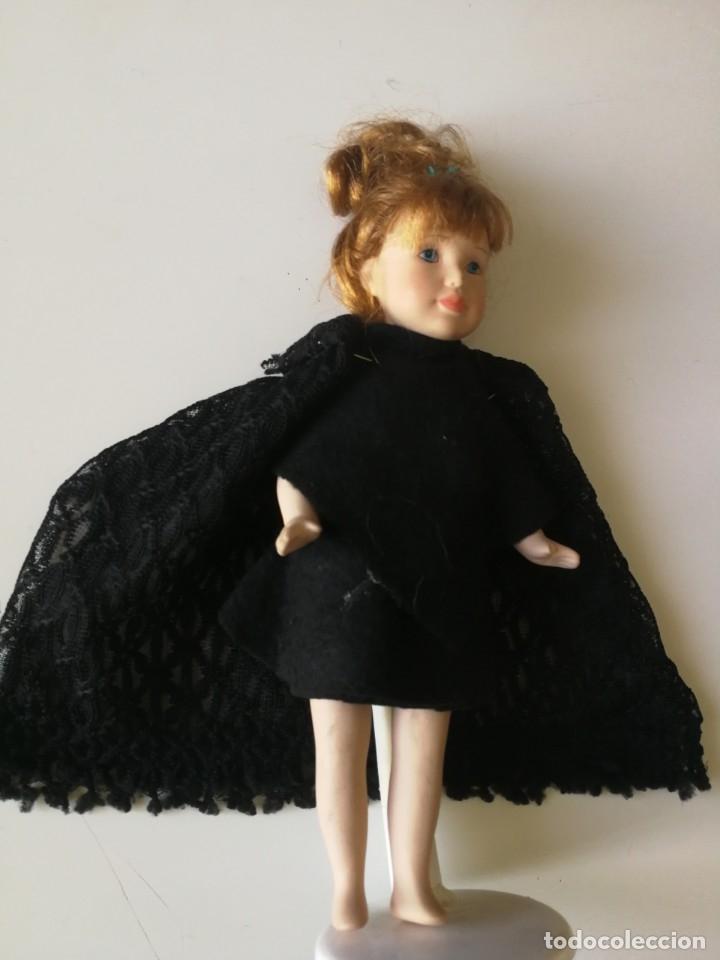 Muñecas Porcelana: muñeca ceramica vestida artesanalmente con mantilla 24 cm. con soporte metalico - Foto 3 - 178746112