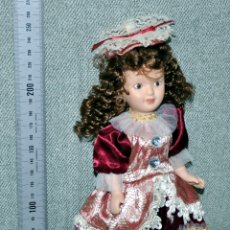 Muñecas Porcelana: MUÑECA DE PORCELANA CON VESTIDO GRANATE EN PEDESTAL - ALTURA APROX. 24 CM - LA QUE SE VE EN IMÁGENES. Lote 178943081