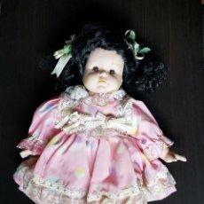 Muñecas Porcelana: MUÑECA DE PORCELANA PELO NEGRO 32 CM. Lote 179092158