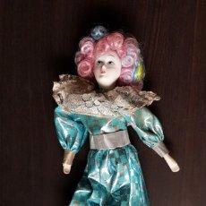 Muñecas Porcelana: ANTIGUA MUÑECA ARLEQUIN BRAZOS Y PIERNAS FLEXIBLES 30 CM. Lote 179092910