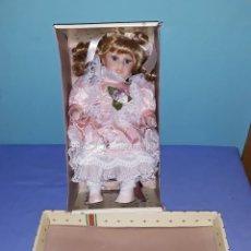 Muñecas Porcelana: MUÑECA DE PORCELANA CON SILLA EN SU CAJA ORIGINAL EN MUY BUEN ESTADO SIN USO. Lote 180326958