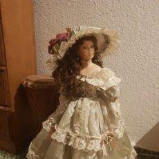 Muñecas Porcelana: MUÑECA DE PORCELANA CON PEANA. Lote 181546246