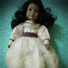 Muñecas Porcelana: MUÑECA DE PORCELANA MULATA NEGRITA NEGRA NUMERADA CARA TRISTE. Lote 183774291