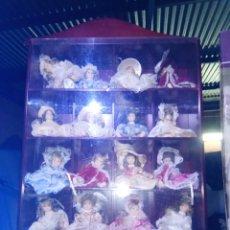 Muñecas Porcelana: COLECCIÓN MINI MUÑECAS DE PORCELANA CON EXPOSITOR MADERA DE NOGAL. Lote 184403343