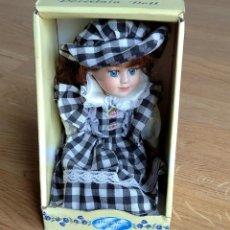 Muñecas Porcelana: MUÑECA PORCELANA - PORCELAIN DOLL. NUEVA. EN SU CAJA ORIGINAL. Lote 187434298