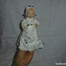 Muñecas Porcelana: BEBE DE PORCELANA DE COLECCION VESTIDO CON FLORECITAS. Lote 191653686