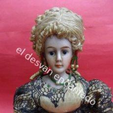 Muñecas Porcelana: ANTIGUA MUÑECA DE PORCELANA CON ROPAS Y ABANICO. TODO ORIGINAL. AÑOS 1880-1900. 30 CTMS. Lote 193880460