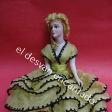 Muñecas Porcelana: ANTIGUA MUÑECA BOMBONERA DE PORCELANA CON VESTIDO DE GASA. TODA ORIGINAL. AÑOS 1900S 30 CTMS. Lote 193880788