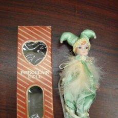 Muñecas Porcelana: MUÑECA PORCELANA DOLL CON BONITO DISFRAZ DE BUFON.. Lote 194065082