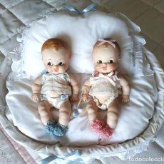 Muñecas Porcelana: RUFFUS, PAREJA DE BEBÉS DE PORCELA EN CESTITO DE MIMBRE . Lote 194074483
