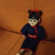 Muñecas Porcelana: PRECIOSA MUÑECA DE PORCELANA ORIENTAL, DELF HOLANDA, CON QUIMONO ROPA ORIGINAL.. Lote 194325717