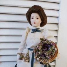 Muñecas Porcelana: MUÑECA DE PORCELANA JARDINERA AÑOS 70. Lote 195074637