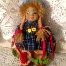 Muñecas Porcelana: ANTIGUA Y CURIOSA MUÑECA CON CARA DE PORCELANA O CERAMICA Y TELA CON VESTUARIO ORIGINAL COMPLETO. Lote 197871440