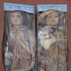 Muñecas Porcelana: OCASION COLECCIONISTAS DOS ANTIGUAS MUÑECAS DE PORCELANA AÑOS 80 90 MARCA REGAL ARTS EN SU CAJA. Lote 200333796