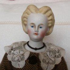 Muñecas Porcelana: PRECIOSA MUÑECA PARIAN HACIA 1870, ELABORADO PEINADO, CUERPO ORIGINAL, VESTIDA COMPLETA. Lote 201963712
