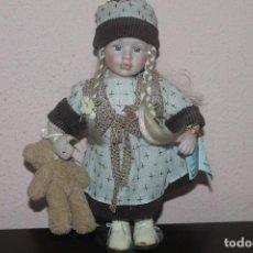 Muñecas Porcelana: MUÑECA DE PORCELANA CON LOS OJOS DE CRISTAL DE COLOR AZUL. Lote 203820437
