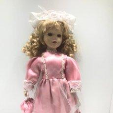 Muñecas Porcelana: MUÑECA ALEMANA DE PORCELANA CON VESTIDO DE ENCAJES Y BOLSO. Lote 203983047