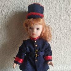 Muñecas Porcelana: MUÑEQUITA DE PORCELANA JEFE DE ESTACIÓN. Lote 205518775