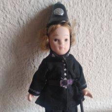 Muñecas Porcelana: MUÑEQUITA DE PORCELANA GUARDIA. Lote 205519291