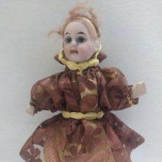Muñecas Porcelana: MUÑECA DE PORCELANA. CUERPO DE CARTÓN PIEDRA. VESTIDO MARRÓN. 17CM. Lote 206316615
