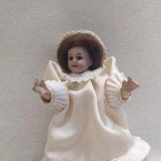 Muñecas Porcelana: MUÑECA DE PORCELANA. CUERPO DE CARTÓN PIEDRA. GORRITO. 17CM. Lote 206316842