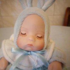 Muñecas Porcelana: PRECIOSA MUÑECA BEBE DE PORCELANA EN BOTA DE CUERO AZUL CON MÚSICA,UNA NANA,AVON. Lote 206428985