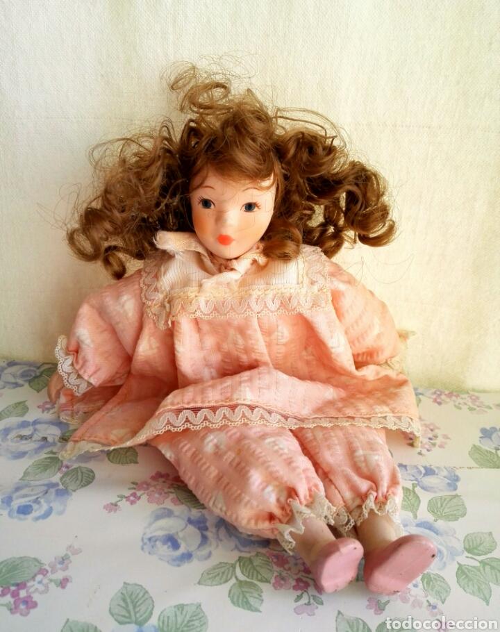 Muñecas Porcelana: Muñequita porcelana 23 cm morena pelo rizado ropa rosa casa muñecas - Foto 6 - 156984206
