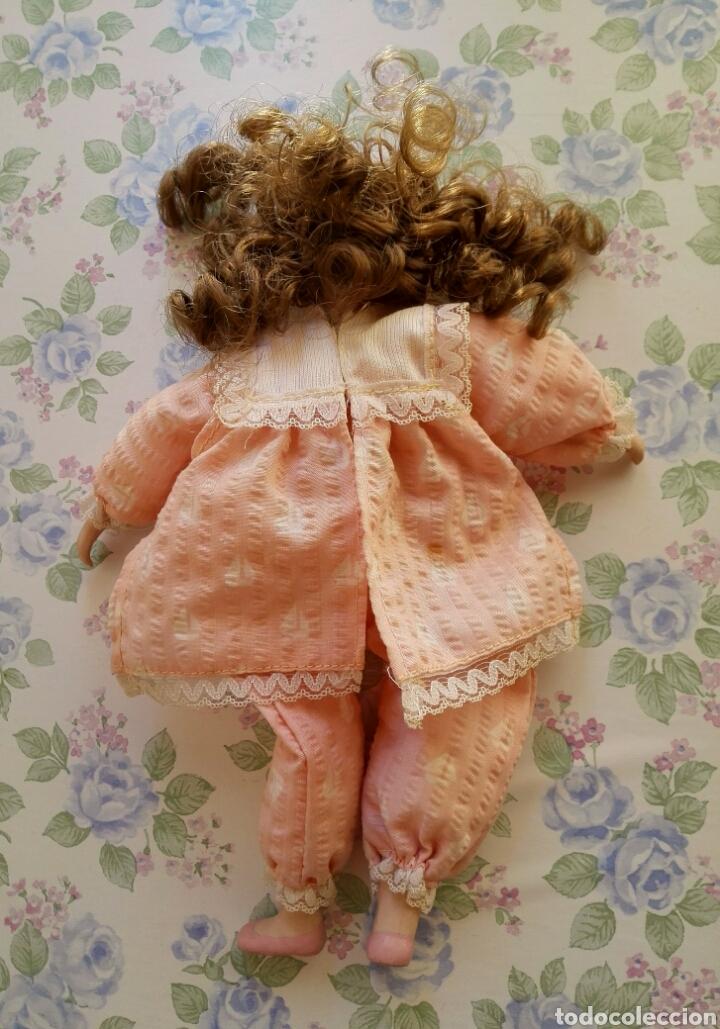 Muñecas Porcelana: Muñequita porcelana 23 cm morena pelo rizado ropa rosa casa muñecas - Foto 8 - 156984206