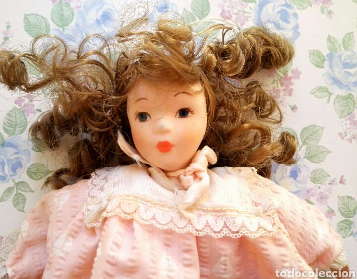Muñecas Porcelana: Muñequita porcelana 23 cm morena pelo rizado ropa rosa casa muñecas - Foto 3 - 156984206