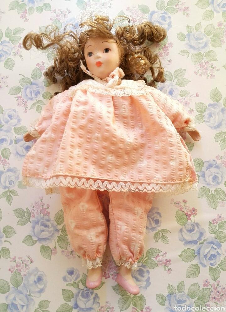 Muñecas Porcelana: Muñequita porcelana 23 cm morena pelo rizado ropa rosa casa muñecas - Foto 5 - 156984206