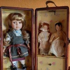 Muñecas Porcelana: MUÑECA PORCELANA EN SU BAUL DE MIMBRE O ESO CREO. Lote 209039165