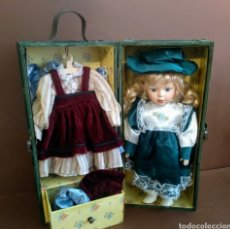 Muñecas Porcelana: MUÑECA PORCELANA INGLESA EN BAUL DE MADERA Y 3 VESTIDOS CON SUS SOMBREROS. Lote 210797797