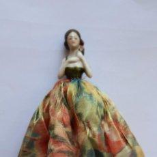 Muñecas Porcelana: CURIOSA PEQUEÑA MUÑECA DE PORCELANA Y TELA- 5 CM PORCELANA -12 CM EN TOTAL. Lote 210945530
