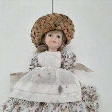 Muñecas Porcelana: MUÑECA DE PORCELANA CON LOS PIES PINTADOS COMO SI FUERAN BOTAS. Lote 213603922