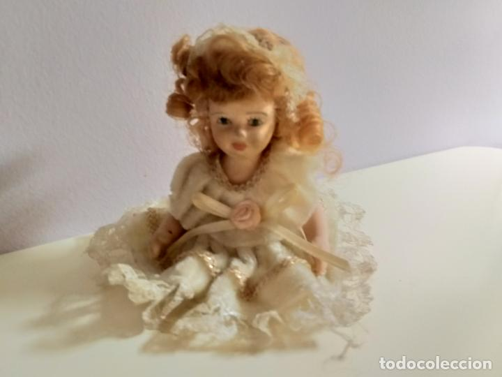 PEQUEÑA MUÑEQUITA ANTIGUA. AÑOS 60. CON SU VESTIDO ORIGINAL (Juguetes - Muñeca Extranjera Moderna - Porcelana)