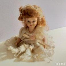 Muñecas Porcelana: PEQUEÑA MUÑEQUITA ANTIGUA. AÑOS 60. CON SU VESTIDO ORIGINAL. Lote 214103471