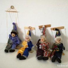 Bambole Porcellana: PEQUEÑA COLECCIÓN DE 4 PAYASOS DE PORCELANA, SENTADOS EN COLUMPIO, UNOS 58 CMS., A IDENTIFICAR. Lote 216616400