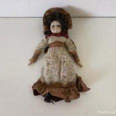 Bambole Porcellana: MUÑECA DE PORCELANA GRAN FORMATO, CON SU VESTIDO, UNOS 44 CMS. DE ALTO, A IDENTIFICAR, DEFECTOS. Lote 216846868