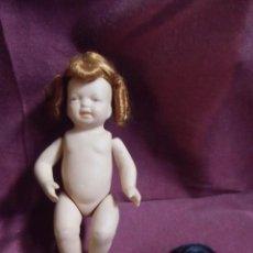 Bambole Porcellana: ANTIGUO BEBE DE PORCELANA CON DOS PELUCAS, 13 CM.. Lote 217021996