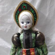 Poupées Porcelaine: MUÑECA RUSA DE PORCELANA CON VESTIDO DECORADO - 50CM DE ALTURA. Lote 221763528